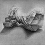 Bolsa de papel dibujada con lápiz de grafito sobre papel con base de carboncillo por Anna Hernández