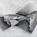 Bolsa de papel dibujada con lápiz de grafito sobre papel con base de carboncillo por Laura Portero