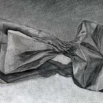 Bolsa de papel dibujada con lápiz de grafito sobre papel con base de carboncillo por Milena Cifuentes