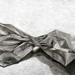 Bolsa de papel dibujada con lápiz de grafito sobre papel con base de carboncillo por Pilar Udina
