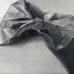 Bolsa de papel dibujada con lápiz de grafito sobre papel con base de carboncillo por Sara Gámez