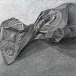 Bolsa de papel dibujada con lápiz de grafito sobre papel con base de carboncillo por Sonia Gabrysova