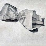 Bolsa de papel dibujada con lápiz de grafito sobre papel con base de carboncillo por Ana Miralles