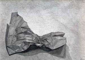 Bolsa de papel dibujada con lápiz de grafito sobre papel con base de carboncillo por Anna Garrido