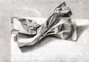 Bolsa de papel dibujada con lápiz de grafito sobre papel con base de carboncillo por Marta Corbí