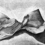 Bolsa de papel dibujada con lápiz de grafito sobre papel con base de carboncillo por Natalia Navarro